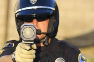 """Auf Raserjagd mit """"Pistolen"""": Laser kommen zur Geschwindigkeitsmessung der Polizei zum Einsatz."""