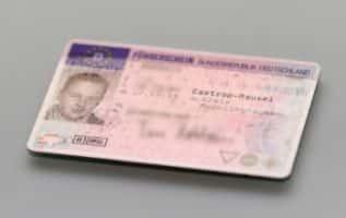 Objekt der Begierde: Auch bei Sperrzeitverkürzung muss der Führerschein bei der Fahrerlaubnisbehörde neu beantragt werden.