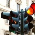 Blitz! Bei roter Ampel sollten Sie auch anhalten. Weden Sie vom Ampelblitzer geblitzt, drohen Punkte und Fahrverbot.