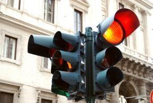 Blitz! Bei roter Ampel sollten Sie auch anhalten.  Werden Sie vom Ampelblitzer geblitzt, drohen Punkte und Fahrverbot.