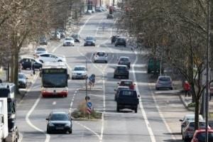 Einen Bus mit Anhänger zu fahren, setzt den Führerschein DE voraus.