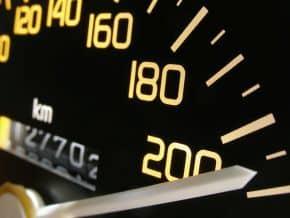 Für die Geschwindigkeitsmessung durch Nachfahren muss das Tachometer im Polizeifahrzeug geeicht sein.