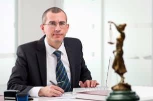 Wenn das Leivtec XV2 auf dem Bußgeldbescheid als Messgerät angegeben ist, kann ein Rechtsanwalt die Messung auf ihre Richtigkeit überprüfen.