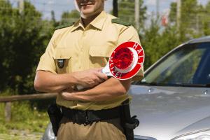 Die Messbeamten müssen das ESO µP 80 exakt kalibrieren, damit die Messungen der Fahrzeuge auch gültig sind.
