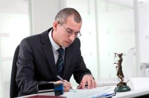 Ein Privatgutachter kann auch im Rahmen eines Gerichtsprozesses hinzugezogen werden. Sprechen Sie mit Ihrem Anwalt darüber.