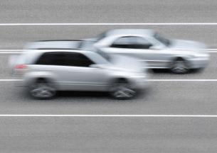 Anlagen wie Traffistar S 540 arbeiten mit Piezosensoren in der Straße. Die Messung startet, wenn ein Fahrzeug über den ersten Strang fährt.