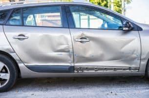 Bei Unfällen entstehen viele Schäden und Spuren. Dies alles sind Daten, die bei der Unfallanalyse helfen.