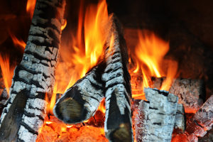 Leisten Sie keinen Brandschutz bei Ihrem Weihnachtsbaum, können die Folgen verheerend sein.