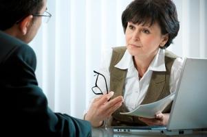 Handelte der Unfallverursacher fahrlässig, sollten Sie für die Geltendmachung der Entschädigung nach dem Unfall einen Anwalt einsetzen.