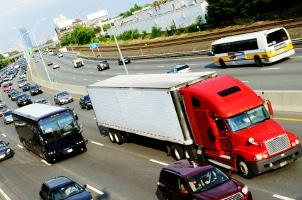 Ein spezifisches Lkw-Bußgeld ist nur dann anzusetzen, wenn es sich aufgrund seiner Nutzung und Beschaffenheit um ein solches Fahrzeug handelt.