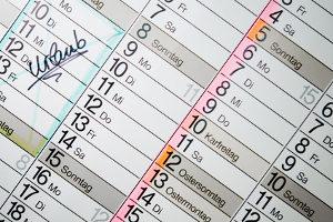 Wann werden die Tannenbäume abgeholt? Ein Blick in den Abfallkalender liefert die Antwort.