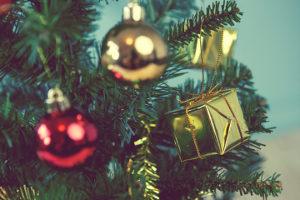 Wollen Sie nach den Feiertagen Ihren Weihnachtsbaum entsorgen, vergessen Sie nicht, die Dekoration komplett zu entfernen.