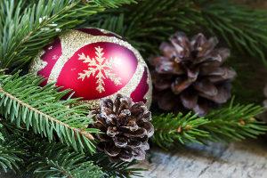 Das Weihnachtsbaumschlagen kann die Vorfreude auf das anschließende Dekorieren schüren.