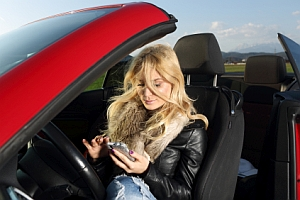 Die Blitzer-App ist erlaubt, solange das Auto nicht in Betrieb ist. Während der Fahrt sind solche Apps in Deutschland verboten.