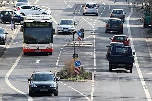 Ob km/h-Grenze, Abstand oder Lichtanlagen: Auch ein Bus muss der StVO folgen.