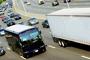 Die Höchstgeschwindigkeit beim Bus beträgt außerorts 60 km/h - wenn Fahrgäste stehen müssen.