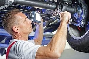 Kfz-Kostenvoranschlag: Vor der Reparatur am Auto sollten Sie ein Gutachten erstellen lassen, in dem der Schaden und der Preis für die Reparatur geschätzt werden.
