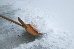 Verstößen gegen die Schneeräumpflicht kann ein Bußgeld folgen.