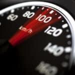 Traffistar S 330 stellt eine Überschreitung der Geschwindigkeit unter Ausnutzung des Piezo-Effekts fest.
