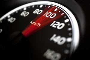 TraffiStar S 330 stellt eine Überschreitung der Geschwindigkeit unter Ausnutzung des Piezoeffekts fest.