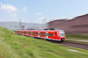 Wer mit Bus oder Bahn unterwegs ist, sollte gewisse Verhaltensregeln einhalten.