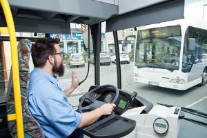 Setzt ein Schulbus den Warnblinker, ist besondere Vorsicht walten zu lassen.