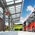 StVO: Setz ein Bus den Warnblinker an einer Haltestelle, dürfen Sie nur in Schrittgeschwindigkeit vorbeifahren.