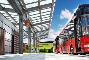 StVO: Setzt ein Bus den Warnblinker an einer Haltestelle, dürfen Sie nur mit Schrittgeschwindigkeit vorbeifahren.