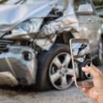 Potential zum Unfall: Durch ein Handy am Steuer erhöht sich das Risiko mit dem Wagen zu verunfallen.