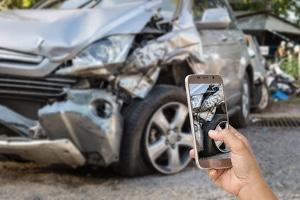 Potential zum Unfall: Durch ein Handy am Steuer erhöht sich das Risiko, mit dem Wagen zu verunfallen.