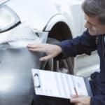 Schaden am Auto: Ein Gutachter verursacht Kosten.