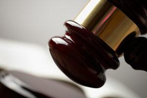 Fahrerflucht ist eine Straftat nach dem Strafgesetzbuch.