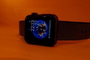Ein Gesetz gegen die Smartwatch am Steuer gibt es nicht. Ein großes Risiko bleibt die Nutzung trotzdem.