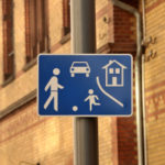 Vorgabe der Schrittgeschwindigkeit: Ein Schild wie dieses verpflichtet zur Einhaltung der niedrigen Geschwindigkeit.