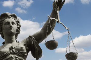 Eine Straftat ist entweder als Verbrechen oder als Vergehen ausgestaltet.