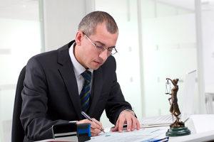 Ein Anwalt kann Schmerzensgeld- und Schadensersatzansprüche für Sie durchsetzen.