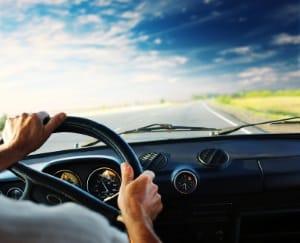 Mit dem Auto nach einer OP zu fahren, kann je nach Eingriff länger untersagt sein.