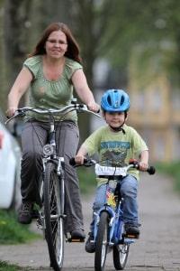 Eltern sollten darauf achten, dass das Kinderfahrrad verkehrssicher ist.