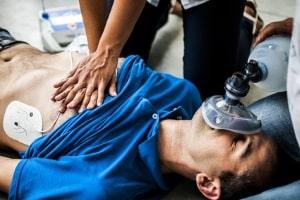 Bei einer Rippenserienfraktur ist Schmerzensgeld dann ausgeschlossen, wenn die Verletzung durch eine Erste-Hilfe-Maßnahme entstanden ist.