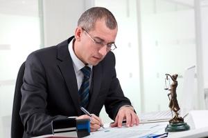 Nackenschmerzen nach einem Unfall: Ein Anwalt hilft bei der Durchsetzung von Forderungen.