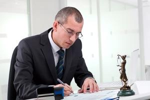 Rückenschmerzen nach einem Autounfall: Ein Anwalt hilft bei der Durchsetzung von Ansprüchen.