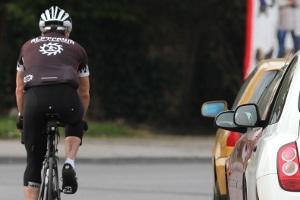 Wird der vorgegebene Seitenabstand nicht eingehalten, geraten vor allem Radfahrer in Gefahr.