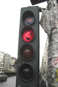 Fahrradampeln können eigenständig angebracht sein oder in Kombination mit anderen Lichtzeichenanlagen vorkommen.