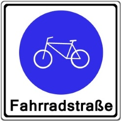 Das Verkehrszeichen 244 weist eine Fahrradstraße aus.