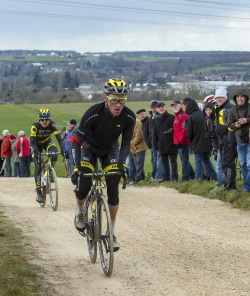 Ein Fahrradsturz ohne Helm geschieht nicht nur beim Radsport, sondern auch im Alltag.