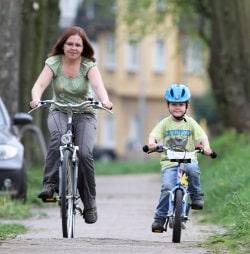 Fahrradunfall: Ohne Helm unterwegs zu sein, kann Nachteile bei der Versicherung bringen.