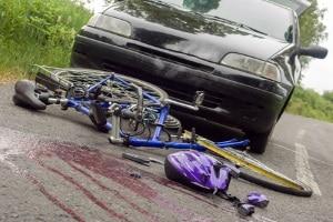 Ein Fahrradunfall ohne Helm kann schwerwiegende Verletzungen zur Folge haben.