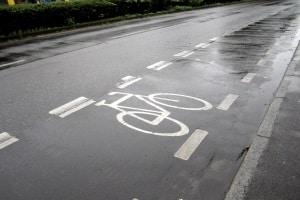 Schutzstreifen für Radfahrer sind durch die unterbrochene Linie gekennzeichnet.