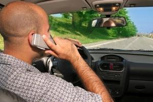 B-Verstöße: Das Handy am Steuer gehört dazu.