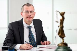 Unfall in der Probezeit: Ein Anwalt kann Ihnen weiterhelfen.